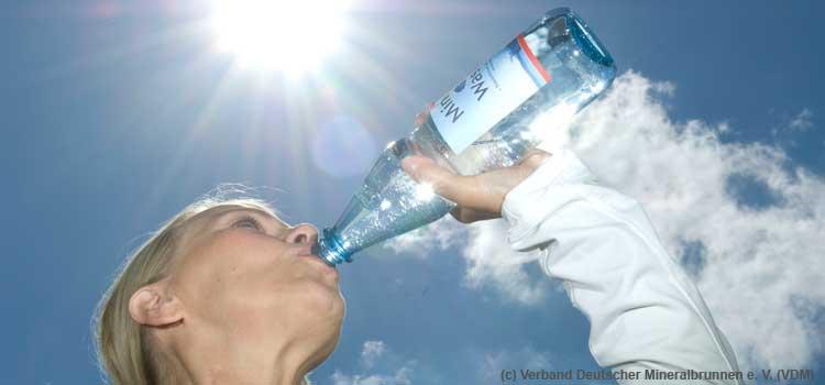 Mineralwasser mit Fluoridgehalt hilft Zähne vor Karies zu schützen