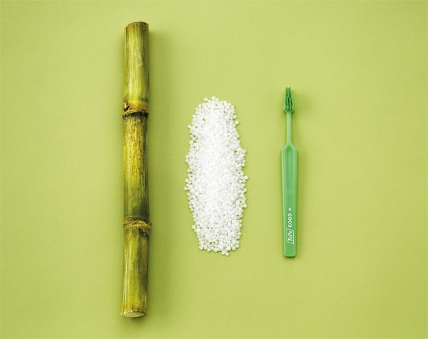 Bei der Zahnbürste TePe GOOD™ wird der Griff auf Basis von Zuckerrohr und die Borsten auf Basis von Rizinusöl hergestellt. (Foto: TePe).