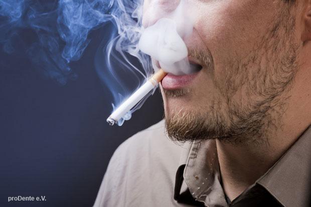 Weltnichtrauchertag 2019: Wer raucht, ist gefährdeter als ein Nichtraucher an einer schweren Zahnfleischentzündung (Parodontitis) zu erkranken.